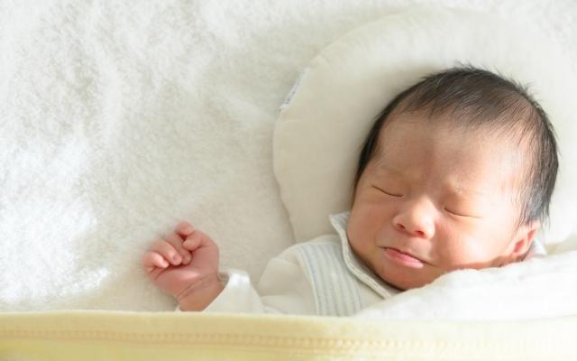 柔らかそうな素材の布団で眠る赤ちゃん,ベビー布団,