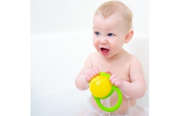 にぎにぎカップを触る赤ちゃん,