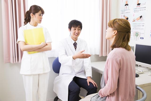 産婦人科で診察を受ける妊婦,妊娠,9週,症状