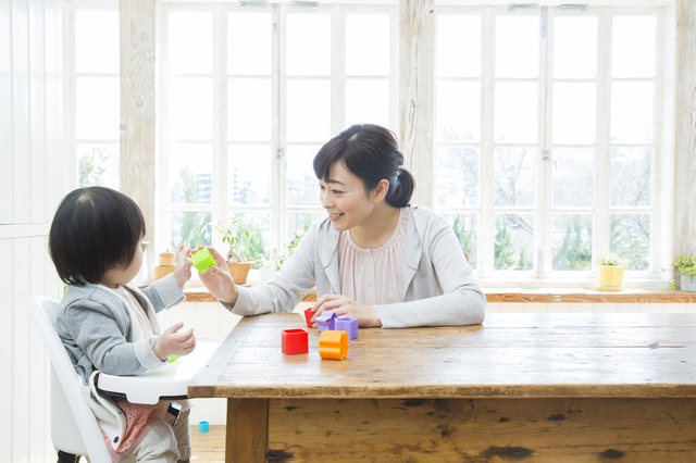 赤ちゃんと遊ぶママ,知育玩具,0歳,