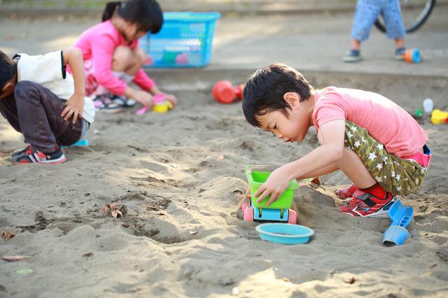 砂場で遊ぶ子ども,子ども,知育,おもちゃ