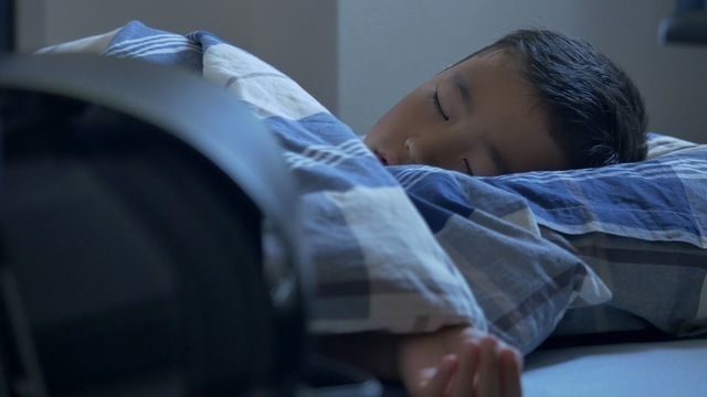 布団で眠る子ども,ベビー布団,いつまで,