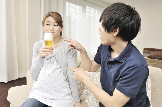 お酒をたしなもうとする妊婦と注意を促す夫,妊娠13週,