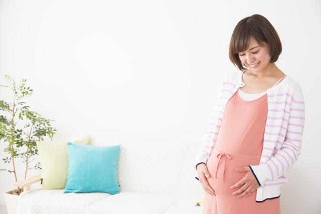 お腹の赤ちゃんに話しかける妊婦,妊娠,16週,胎児