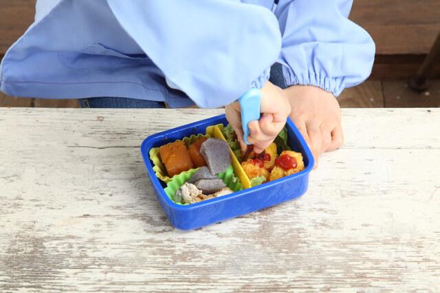 お弁当を食べる子ども,幼稚園入園前,過ごし方,生活リズム
