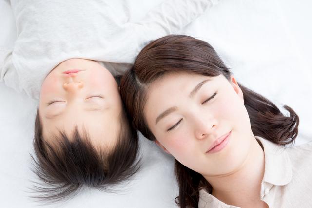一緒に寝ている親子,赤ちゃん,寝かしつけ,方法
