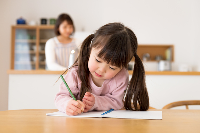 勉強をする女の子,通信教育 3歳  まとめ,