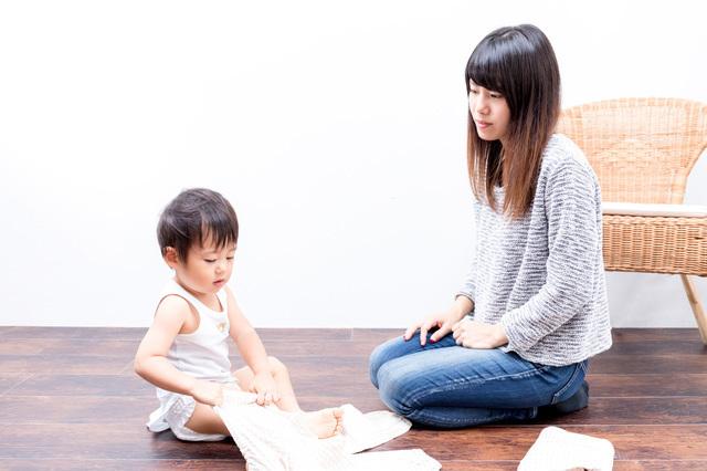 着替えの練習をする子どもと見守る母,3歳,しつけ,