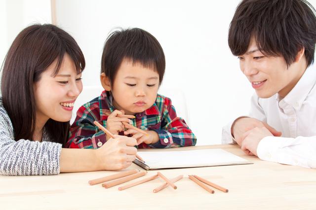 お絵かきをする親子,3歳,できること,