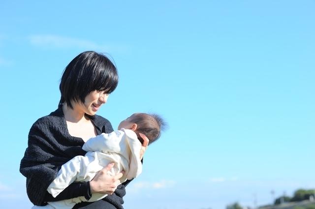 赤ちゃんを抱っこするママ,生後1ヶ月,体重,