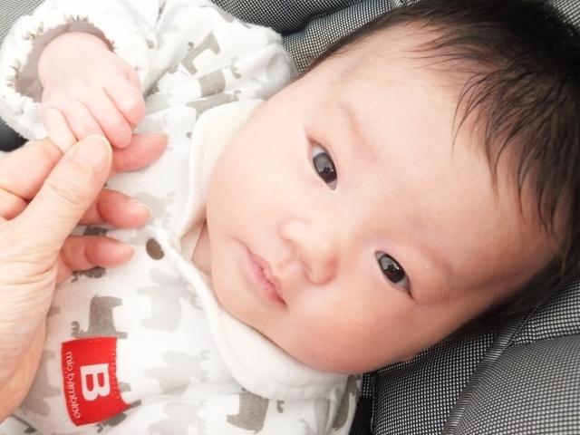 ママの手を握る赤ちゃん,生後,2ヶ月,赤ちゃん