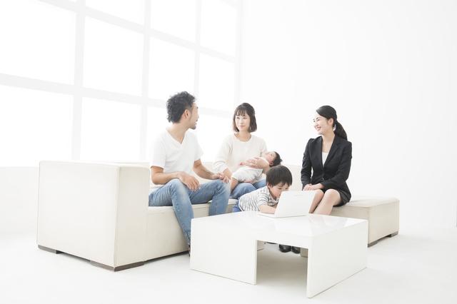 家の相談をする家族,マイホーム探し,