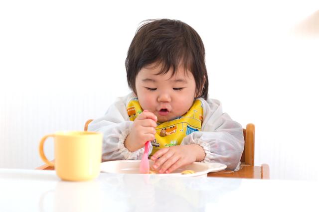 手づかみ食べをする子ども,生後,10ヶ月,赤ちゃん