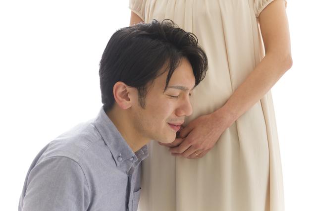赤ちゃんの鼓動を聞くパパ,妊娠中,胎教,