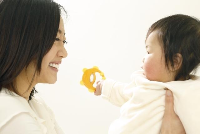赤ちゃんを抱くママ,学資保険,