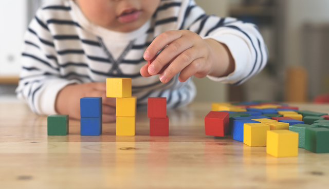 カラーブロックで遊ぶ子ども,キッズアカデミー ,3歳,口コミ