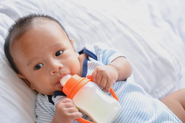 ベビーマグで水分補給する赤ちゃん,ベビーマグ,おすすめ,