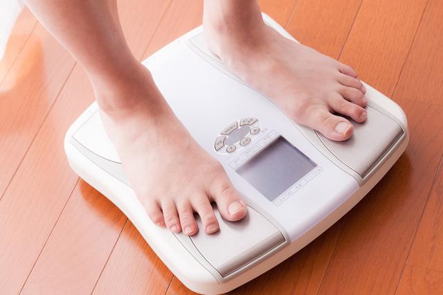 体重計に乗る女性,妊娠5ヶ月,