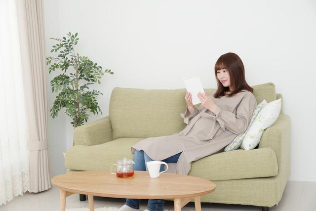 読書をする妊婦,妊娠,出産,本