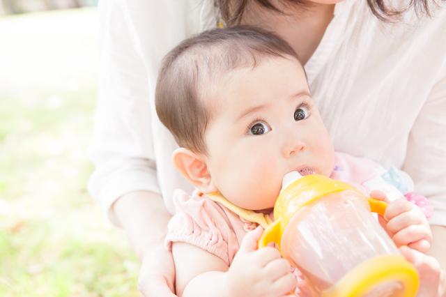 ベビーマグを使う赤ちゃん,ベビーマグ,おすすめ,