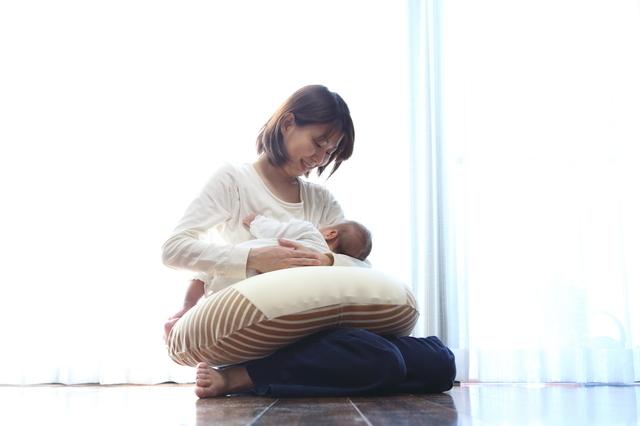 授乳するママ,授乳クッション,