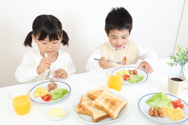 朝食を食べる子ども,子ども,食事,