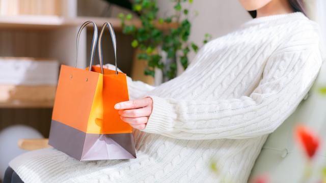 買い物袋を持つ妊婦さん,マタニティウェア,