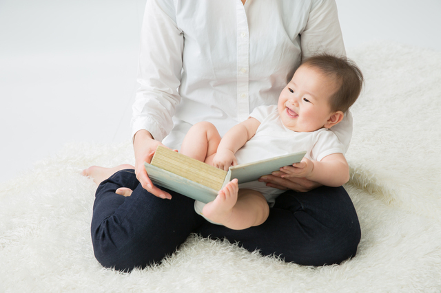 絵本を読んでもらう赤ちゃん,絵本,おすすめ,0歳