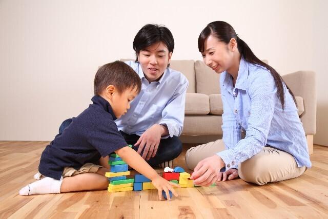 積み木で遊ぶ家族,積み木,知育,遊び方