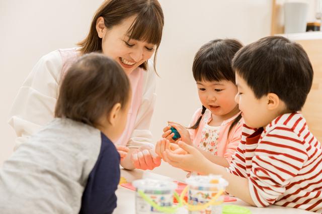 粘土遊びをする子ども達,粘土遊び,幼児,