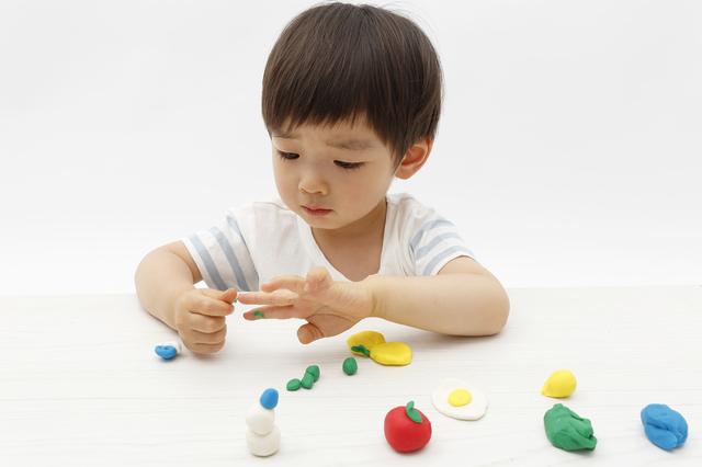 粘土で遊ぶ子ども,粘土遊び,幼児,