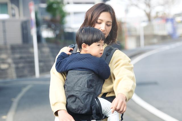 2歳の子を抱っこするママ,