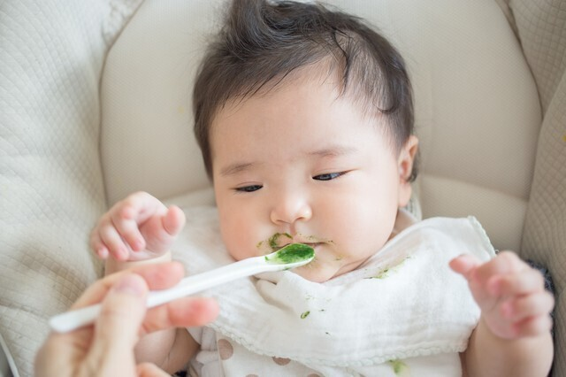 ほうれん草ペーストを食べる赤ちゃん,離乳食,ほうれん草,