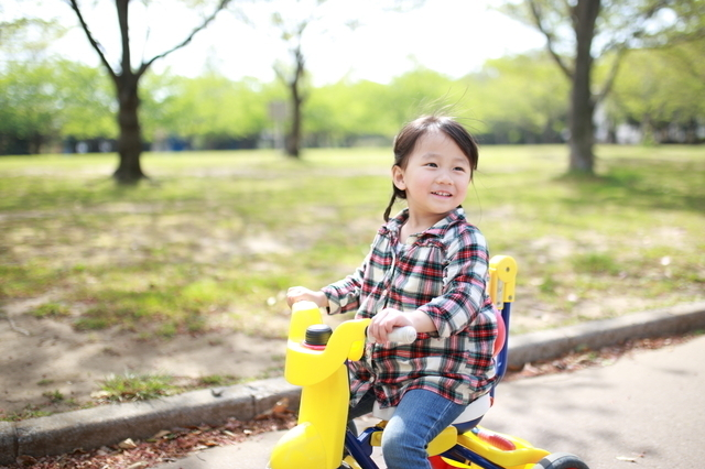 三輪車で遊ぶ子ども,赤ちゃん,三輪車,