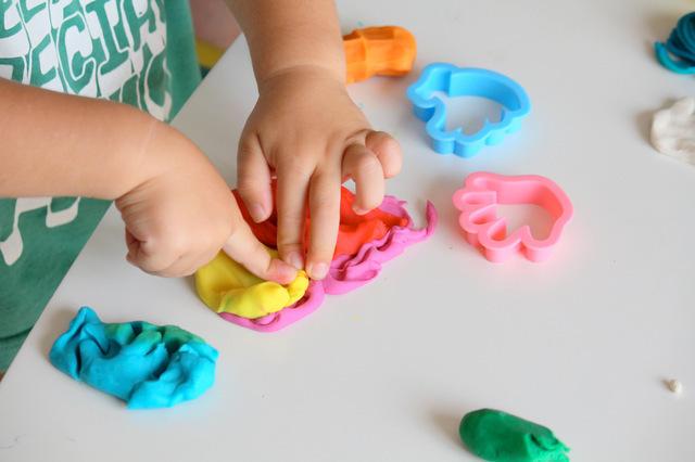 粘土遊びをする子ども,小麦粘土,