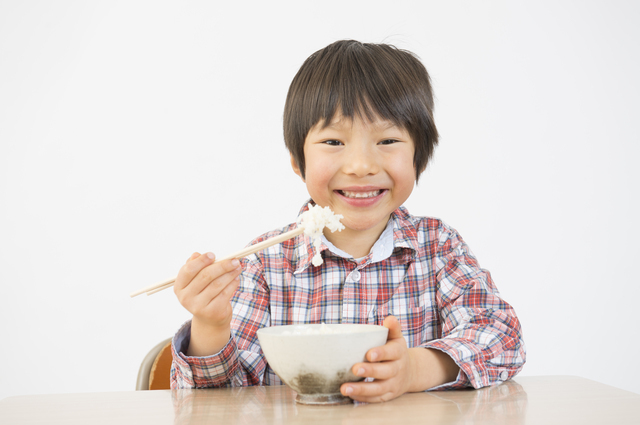 お箸を盛って食べる子ども,食事マナー,