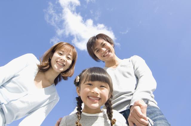 三つ編みの女の子と両親,キックボード,子供,