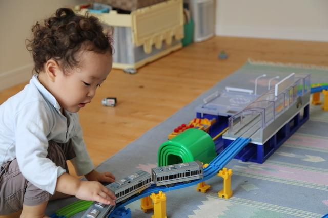 プラレールで遊ぶ子ども,おもちゃ,2歳,