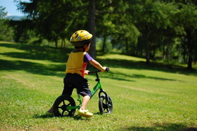 ストライダーに乗る子ども,おもちゃ,2歳,