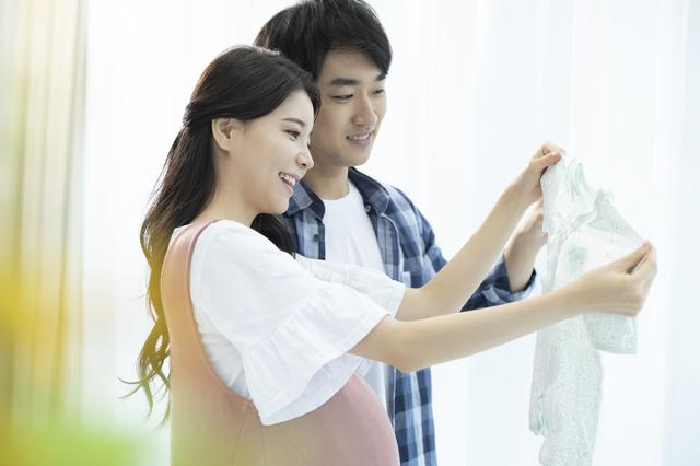ベビー服を選ぶ夫婦,出産準備,品,