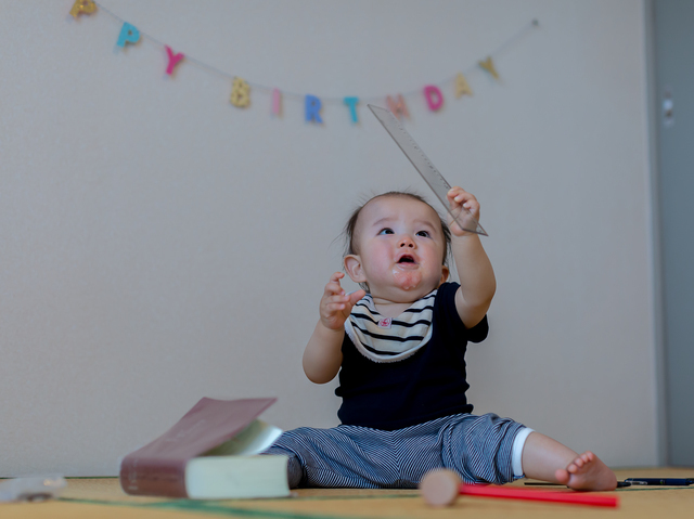 選び取りをする赤ちゃん,一升餅,誕生日,1歳