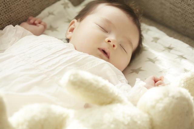 布団で寝る赤ちゃん,ベビー家具,インテリア,