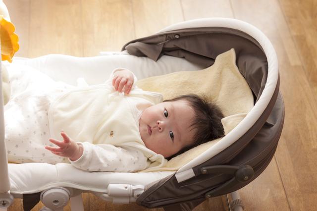 バウンサーで寝る赤ちゃん,ベビー家具,インテリア,