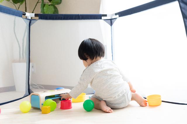 ベビーサークルの中で遊ぶ赤ちゃん,ベビー家具,インテリア,