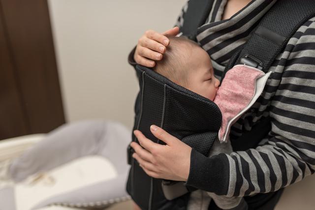 抱っこひもで寝る赤ちゃん,新生児,抱っこひも,