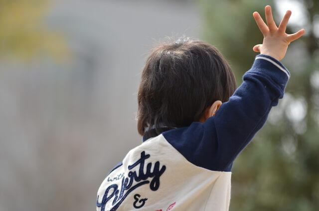 名前を呼ばれて手をあげる男の子,幼稚園,入園前,生活習慣
