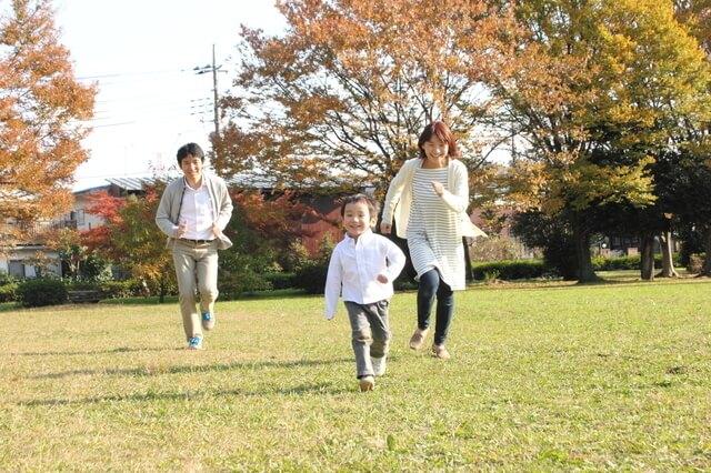 鬼ごっこをする親子,外遊び,子ども,道具