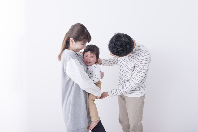 ぐずる幼児,保育士,保護者,コミュニケーション