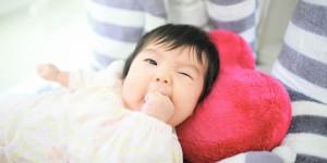 写真スタジオで赤ちゃんや子どもの自然な表情を撮影した画像