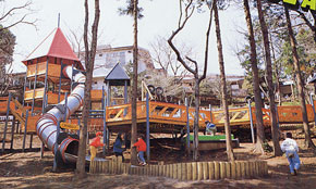 「神奈川県横浜市つくし野」の幼児向けアスレチック遊具①の様子